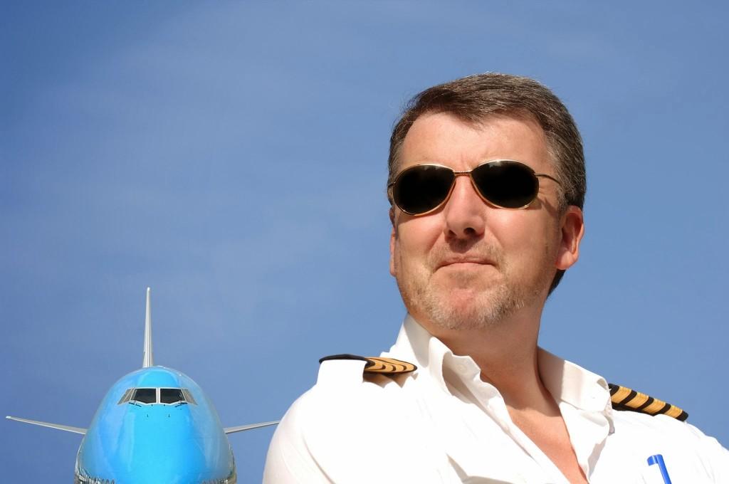 KLM cpt met 747 en zonnebril